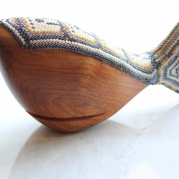 Ballena tallada a mano con arte huichol blanco