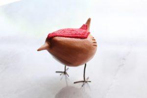 Canario tallado a mano con arte huichol en rojo