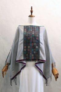 Capa Mariposa en telar de cintura gris con bordado a mano