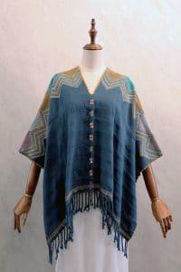 Capa Mariposa en telar de cintura azul con bordados multicolor