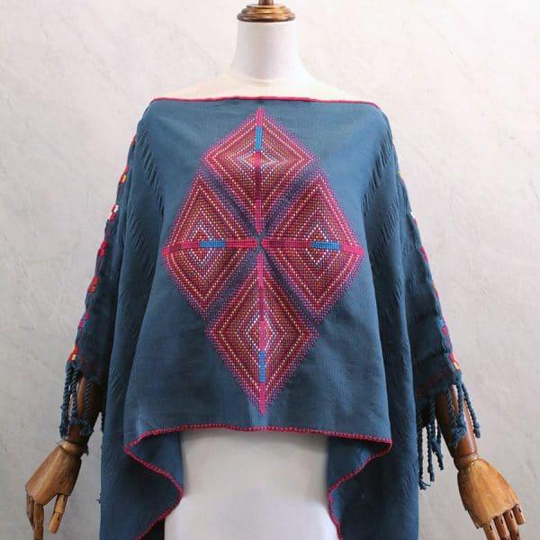 Capa Mariposa en telar de cintura azul con bordados rojos